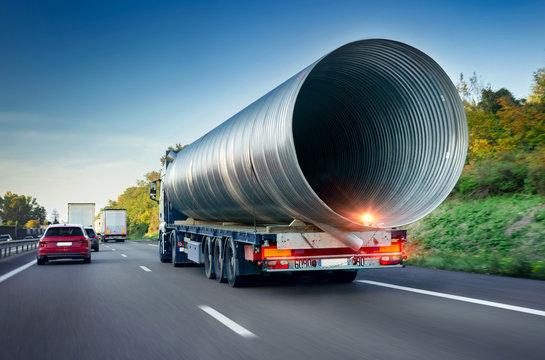 Schwertransport Lkw auf Autobahn - Heavy Freight  Truck on Highway