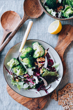 Fresh salad with fennel, walnuts and steamed broccoli