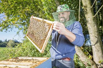 Portrait Imker mit Bienenvolk in der Natur