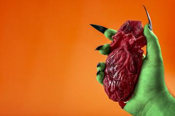 Bildergebnis für hand holding bleeding heart