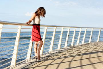 Modella sul mare abito estivo corto e tacchi alti