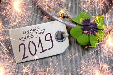Hufeisen und Kleeblatt mit Frohes Neues Jahr 2019 Silvester Wunderkerzen