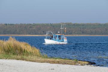 Fischkutter vor der Hafeneinfahrt von Barhöft, Mecklenburg-Vorpommern, Deutschland