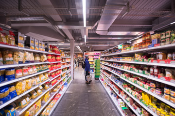 In de dag Muziekwinkel Man shopping in modern supermarket