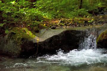 小さな滝/水の流れるイメージ