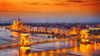 Fond de hotte en verre imprimé Budapest Budapest city night scene. View at Chain bridge, river Danube and famous building of Parliament