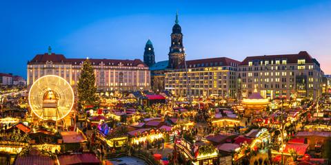 Striezelmarkt in Dresden im Winter, Sachsen, Deutschland