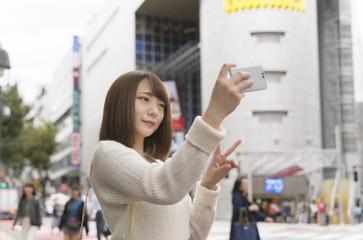 女性・スマートフォン・自撮り・渋谷109前