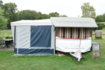 caravan met voortent en sneeuwdak op Duitse camping