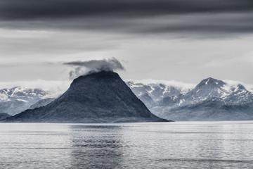 Meereslandschaft mit Inseln und Bergen, zwischen Hammerfest und Øksfjord