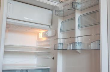 réfrigérateur vide porte ouverte