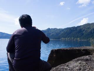 風景写真を撮影する男性 田沢湖