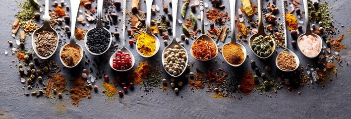 Fotorolgordijn Kruiden Herbs and spices on black board
