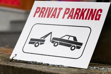 Hinweisschild an einen privaten Parkplatz in der Innenstadt von Karlovy Vary in Tschechien