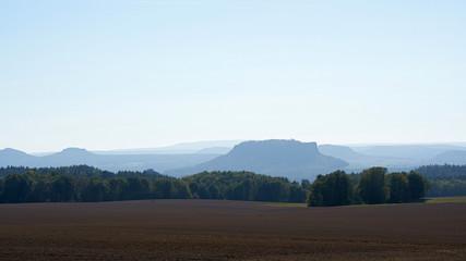 Blick auf das romantische Elbsandsteingebirge mit dem Lilienstein
