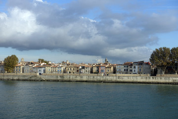Papiers peints Bleu vert vue sur Arles