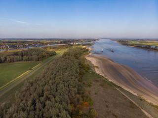 Luftaufnahme eines Deich-Waldes an der Hunte-Weser-Mündung (Drohne)