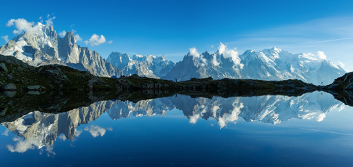 Photo sur Aluminium Reflexion Panorama of the Mont Blanc massif reflected in Lac de Chesery. Chamonix, France.
