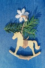 Holz Dekoration Pferdchen Auf Blauem Jeans Stoff Mit Zweig Und Schneeflocke  Hintergrund Weihnachten Land Einfach Schlicht