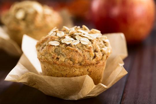 Frische hausgemachte gebackene Apfel und Haferflocken Muffins (Selektiver Fokus, Fokus auf die vorderen Haferflocken auf dem Muffin)