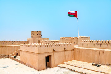 Türaufkleber Befestigung Sunaysilah Fort in Sur, Oman. It is located about 150 km southeast of the Omani capital Muscat.