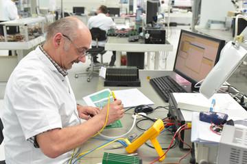 older workers in the industrial production of electronic components  // älterer Arbeiter in der industriellen Fertigung von elektronischen Bauteilen