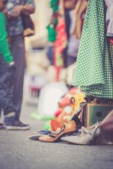 Alte Schuhe und Kleider am Flohmarkt, Bokeh