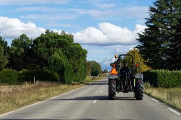 Tracteur sur route de campagne Wall mural