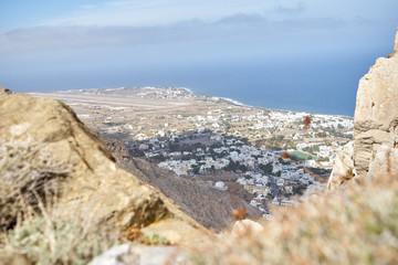 Schöner Ausblick auf das Meer und die Küste von Santorini