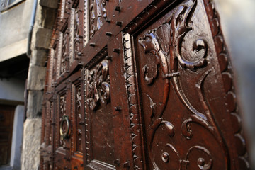 alte Holztür mit schnitzereien in embrun, frankreich