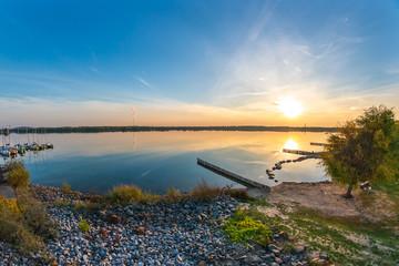 Keuken foto achterwand Europese Plekken Romantischer Sonnenuntergang am Markkleeberger See bei Leipzig