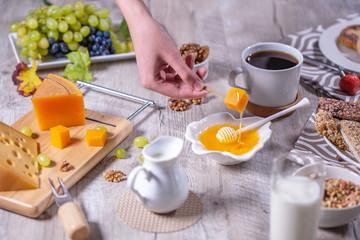 сыр с медом ,орехами и виноградом