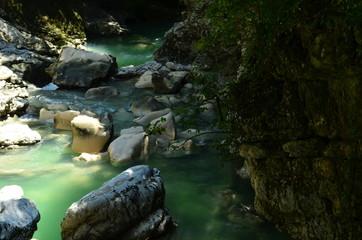 Papiers peints Rivière de la forêt stream in the forest among the stones