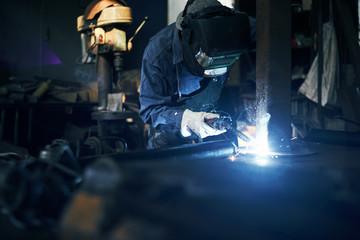 工場で溶接をする男性
