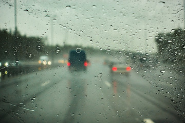 blurred view of road traffic on a rainy day through the car window Fotobehang