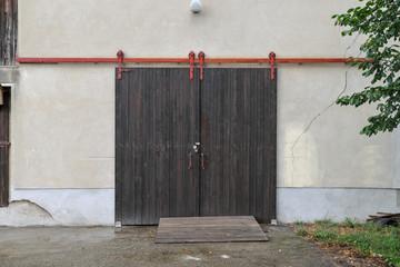 altes scheunentor tor garagentor tür werkhalle landwirtschaft stall