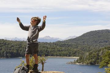 Joven excursionista tomándose una selfi del paisaje.