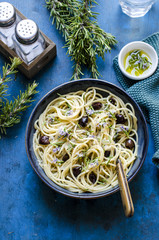 Spaghetti with onions rosemary and black olives