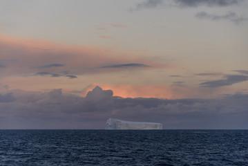 Papiers peints Antarctique Antarctic seascape with iceberg