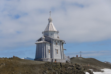 Papiers peints Antarctique Wooden church in Antarctica on Bellingshausen Russian Antarctic research station and helicopter