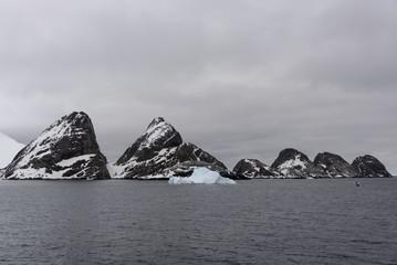 Photo sur Plexiglas Antarctique Rocks in Antarctic sea