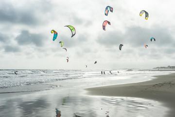 paysage d'automne sur une plage envahie de kitesurf