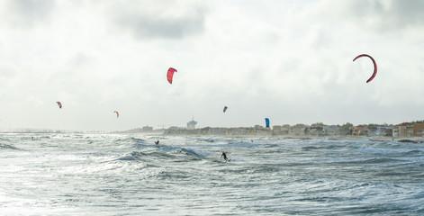 vue panoramique sur une mer agitée avec  un kitesurf