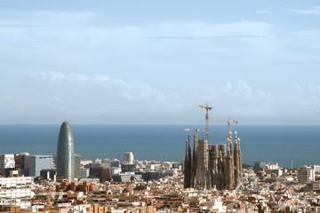Vista de la ciudad de Barcelona con la sagrada familia en construcción.