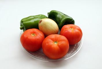 Os legumes tomate, pimentão e cebola, muito utilizados nos temperos de muitas comidas e na preparação de saladas
