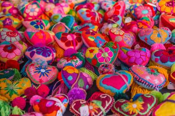 corazones de lana bordados coloridos