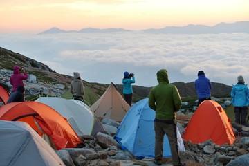 山のキャンプ場と登山者