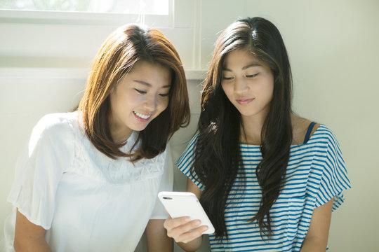 スマホで検索する20代女性2人