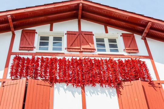 Cordes de piments d'Espelette séchant sur les façades des maisons en pays Basque
