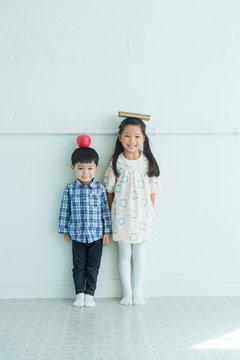 リンゴを頭に乗せた男の子と女の子